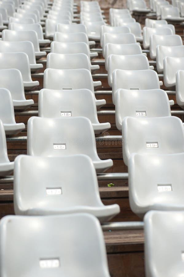Fila de asientos grises en teatro. imagenes de archivo