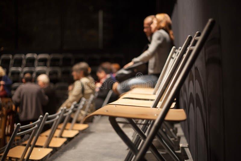 Fila de asientos plásticos vacíos en la conferencia imagenes de archivo