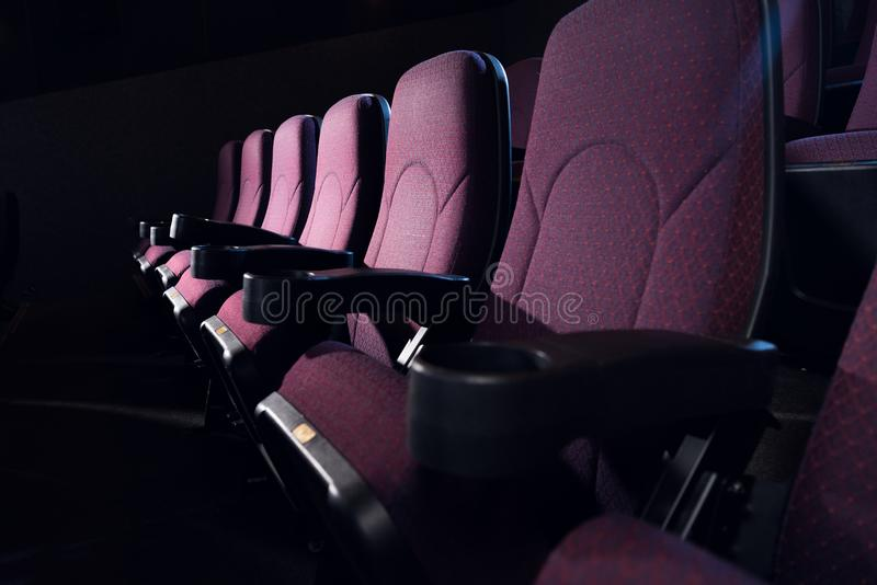 fila de asientos rojos en vacío imagen de archivo