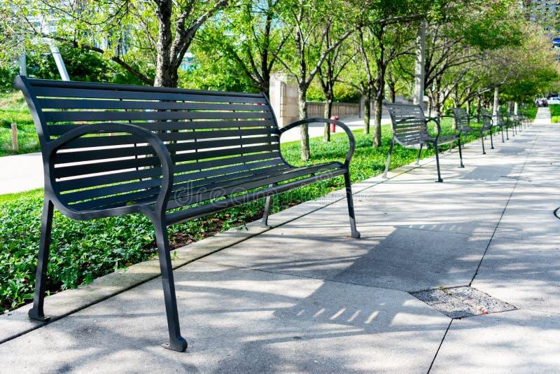 Fila de bancos en un parque de Chicago imagen de archivo