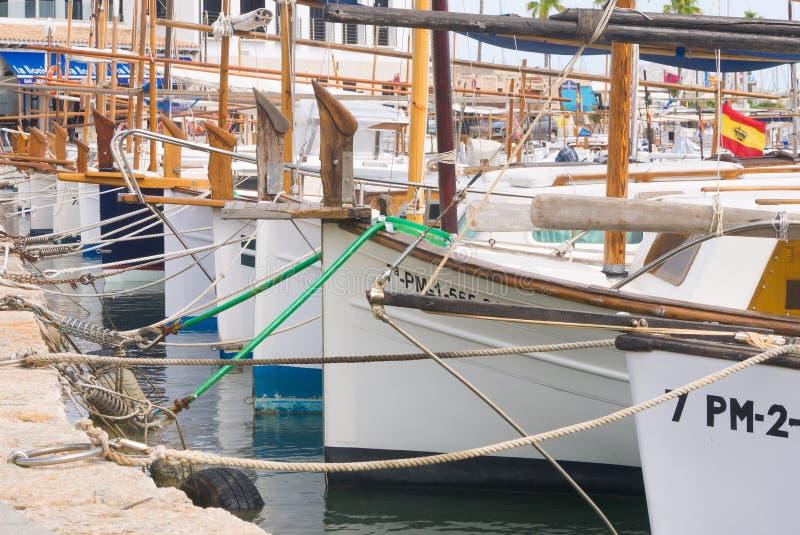 Fila de barcos en puerto deportivo español imagenes de archivo