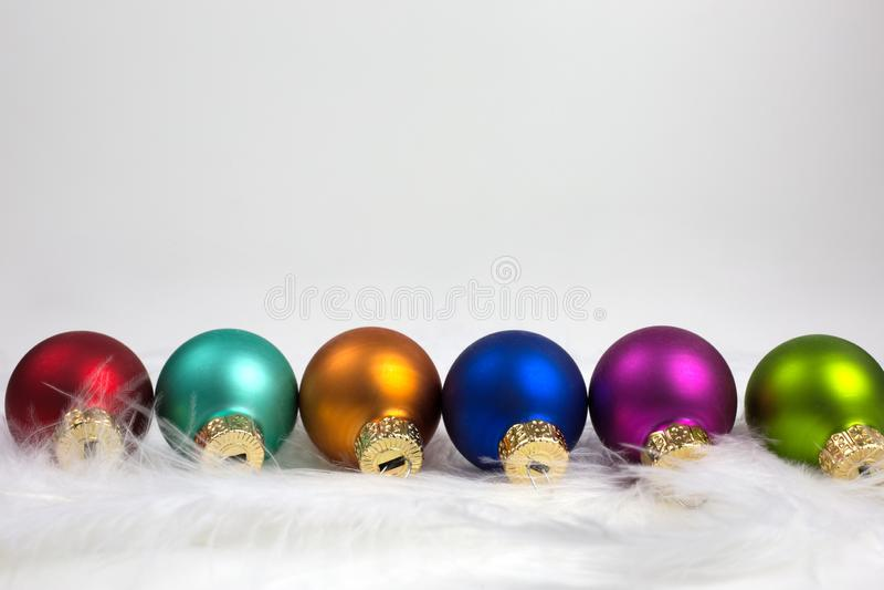 Fila de baubles de Navidad fotografía de archivo