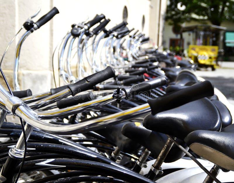 Fila de bicicletas en Munich, Alemania foto de archivo