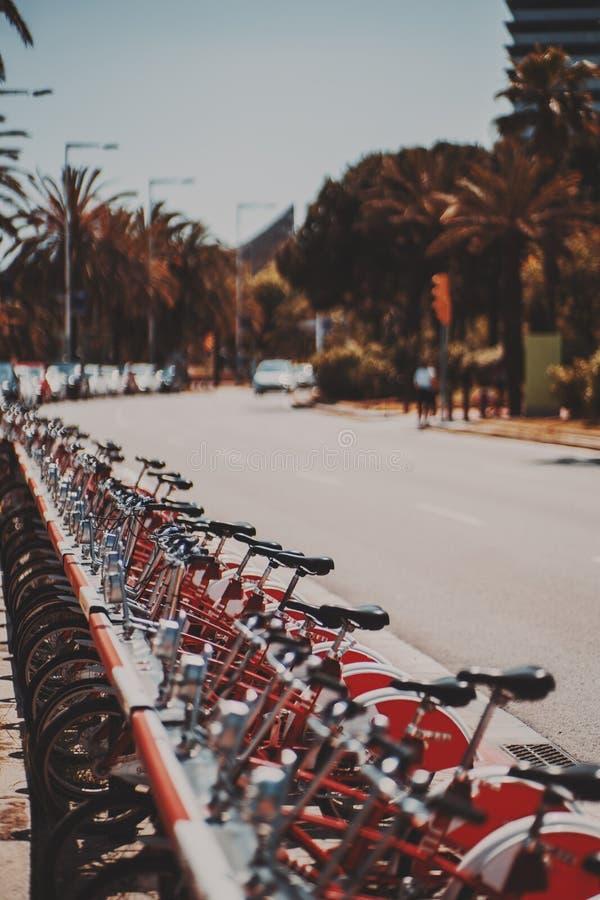 Fila de bicicletas públicas parqueadas rojo fotografía de archivo