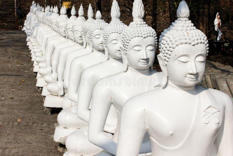 Fila de Buda blanco en Tailandia foto de archivo