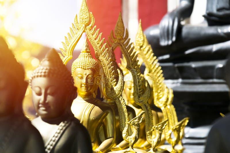 Fila de Buddha de oro fotos de archivo