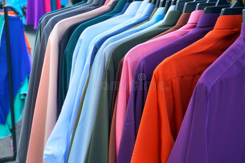 Fila de camisas coloridas fotografía de archivo libre de regalías