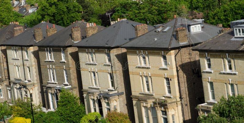 Fila de casas colgantes inglesas típicas en Londres fotografía de archivo libre de regalías