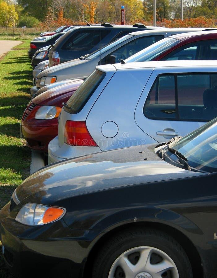 Fila De Coches En El Estacionamiento Fotos de archivo