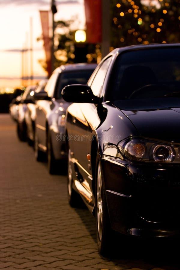 Fila de coches en la puesta del sol fotografía de archivo