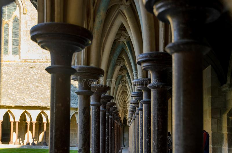 Fila de columnas en Mont Saint Michel francia foto de archivo
