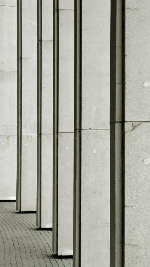 Fila de columnas grises fotografía de archivo libre de regalías
