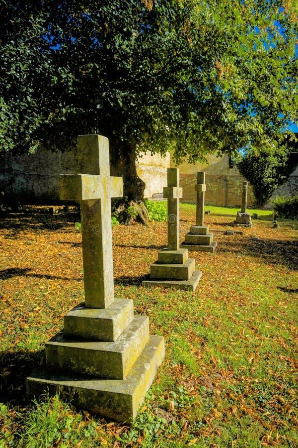 Fila de cruces conmemorativas en un cementerio fotografía de archivo libre de regalías