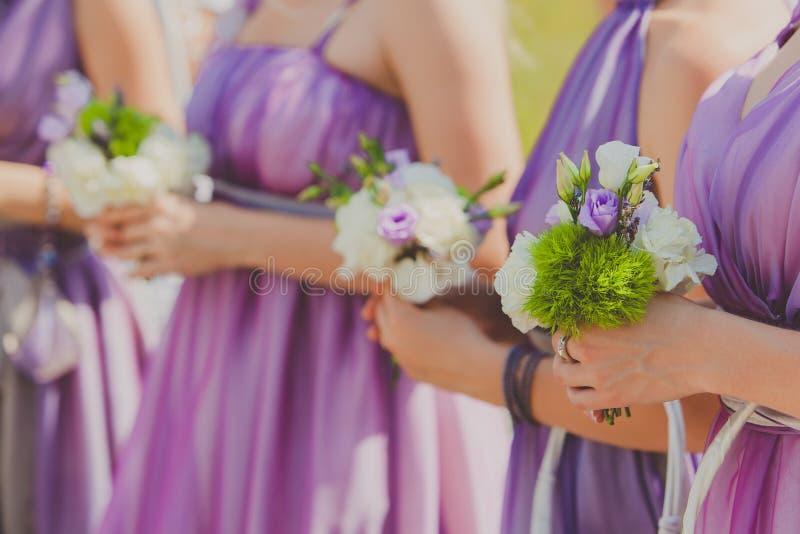 Fila de damas de honor con los ramos en la boda foto de archivo libre de regalías