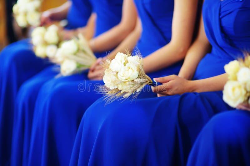Fila de damas de honor con los ramos en la ceremonia de boda imagenes de archivo