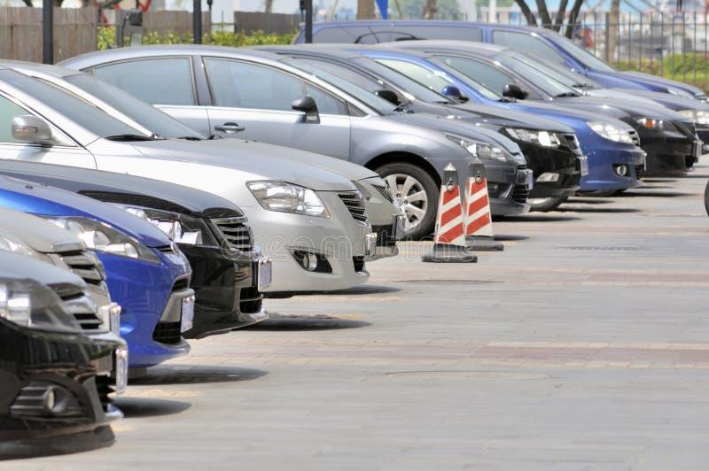 Fila de estacionar de los coches foto de archivo libre de regalías