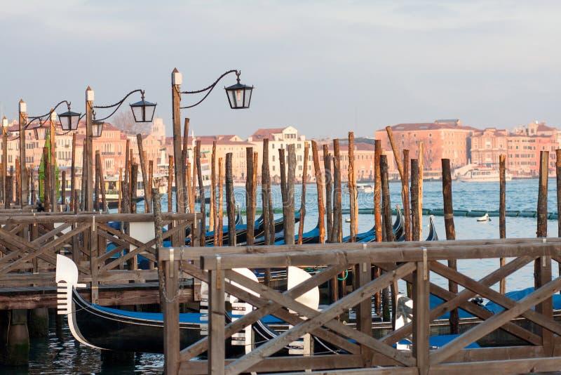 Fila de góndolas en el canal grande, Venecia, Italia imagen de archivo libre de regalías