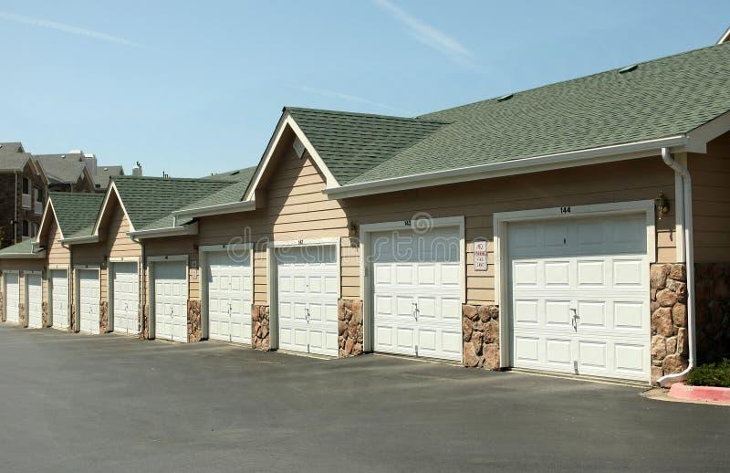 Fila de garages imagen de archivo
