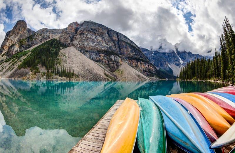 Fila de kajaks en el lago moraine en las montañas rocosas canadienses fotografía de archivo libre de regalías