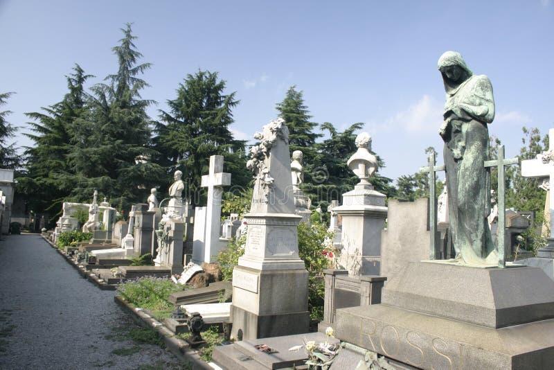 Fila de lápidas mortuarias en Milano imagen de archivo