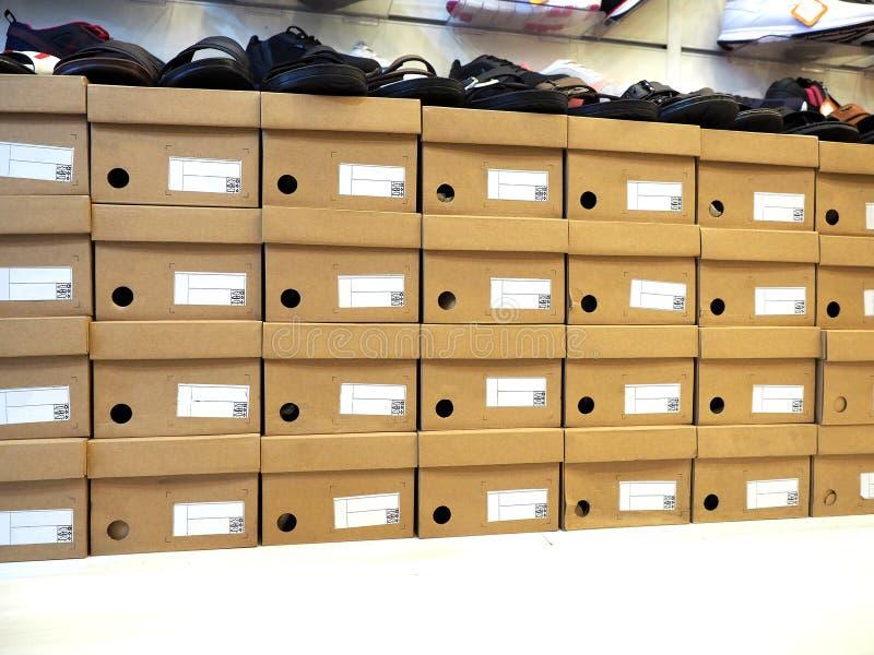 Fila de la caja de zapatos y de los zapatos apilados en tienda fotos de archivo