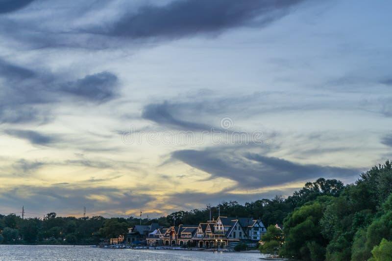 Fila de la casa barco en la noche imagenes de archivo
