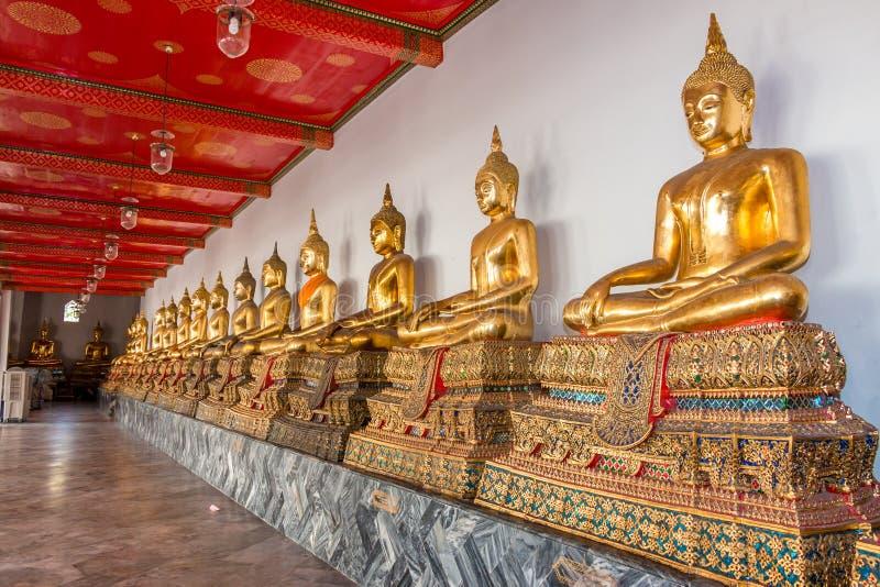 Fila de la estatua de Buddha fotografía de archivo libre de regalías