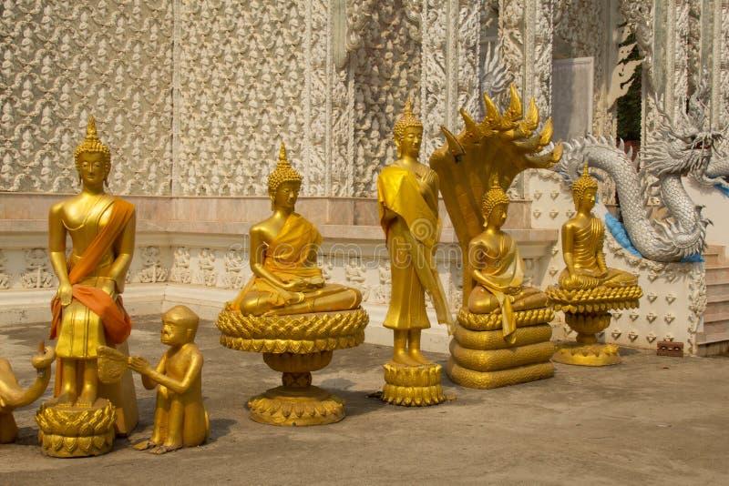 Fila de la estatua de oro de Buda en el templo de Wat Mai Kham Wan, Phichit, imagen de archivo