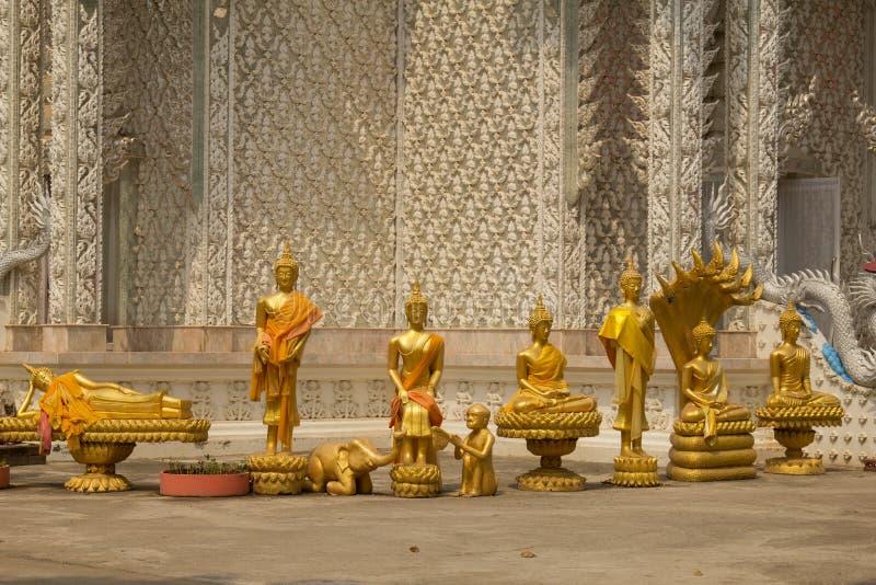 Fila de la estatua de oro de Buda en el templo de Wat Mai Kham Wan, Phichit, foto de archivo libre de regalías