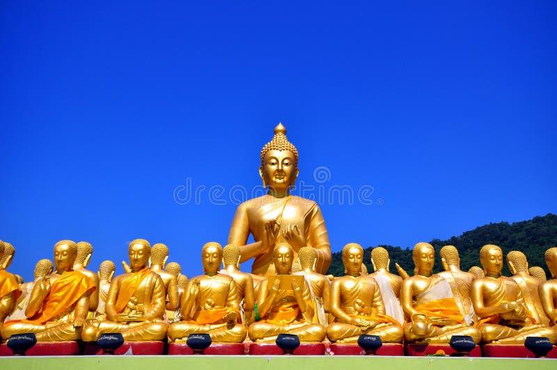 fila de la estatua del ฺBuddha imagenes de archivo