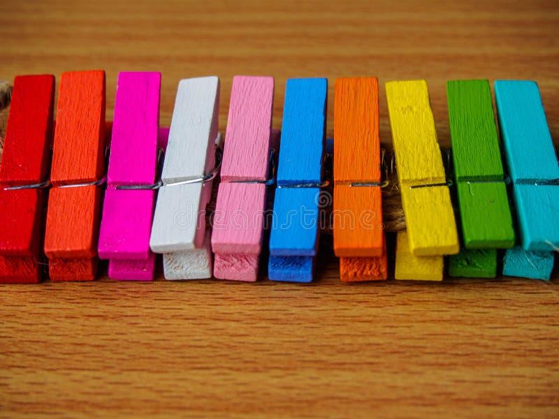 Fila de la falta de definición de clavijas de madera coloridas foto de archivo