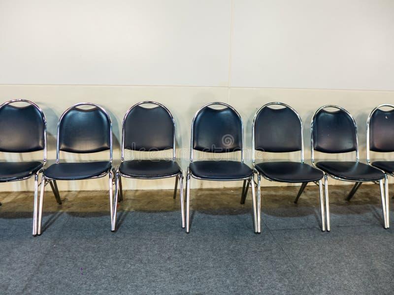 Fila de la silla azul marino en el pasillo imagen de archivo