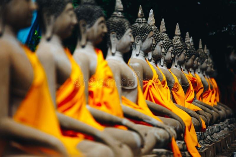 Fila de la situación de Buda en Wat Yai Chaimongkol, Ayutthaya, Tailandia fotografía de archivo
