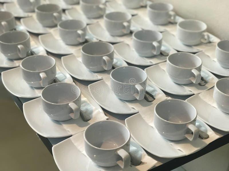 Fila de la taza de café blanca imagenes de archivo