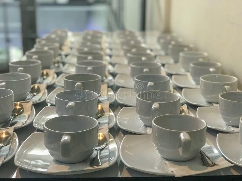 Fila de la taza de café blanca imágenes de archivo libres de regalías