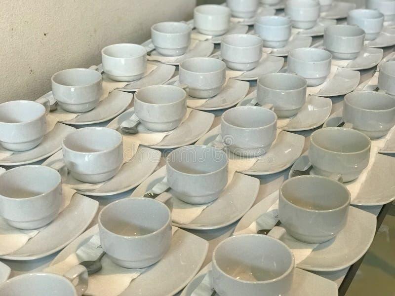 Fila de la taza de café blanca fotos de archivo