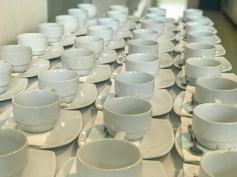 Fila de la taza de café blanca foto de archivo