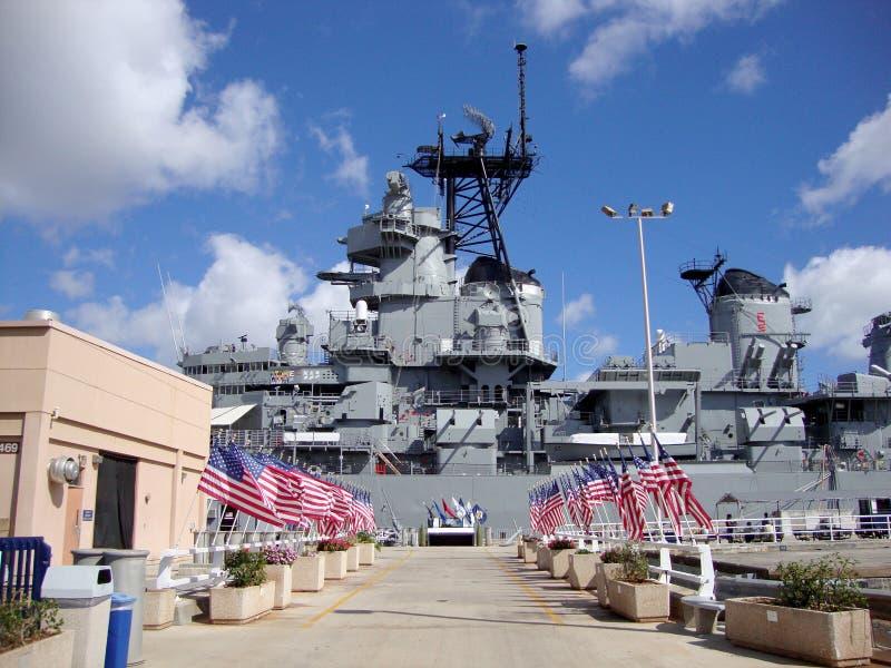 Fila de las banderas de los E.E.U.U. que llevan al USS Missouri fotografía de archivo