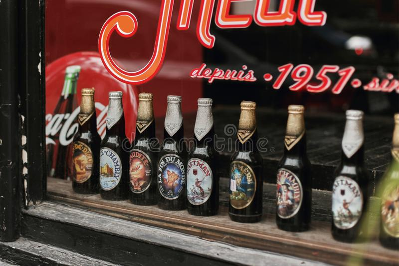 Fila de las botellas de cerveza en una ventana en Montreal, Canadá imagenes de archivo
