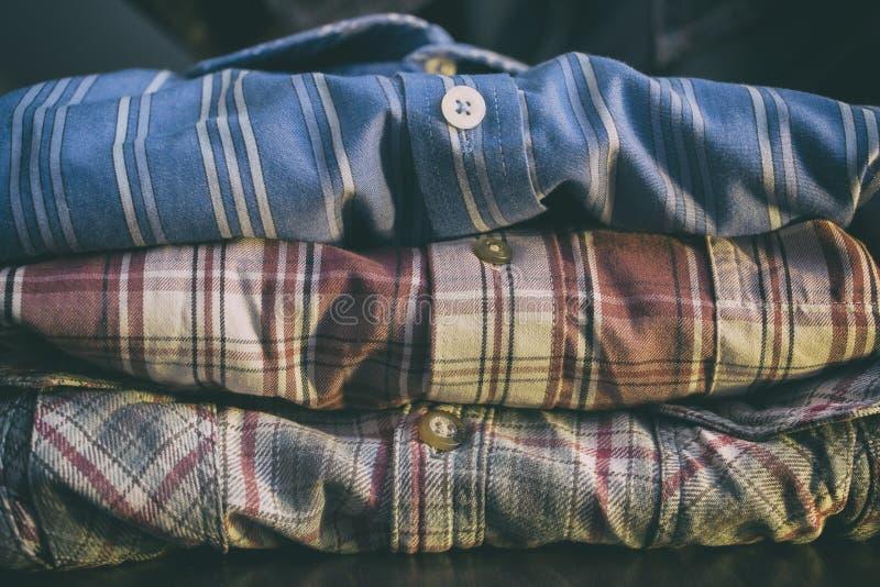 Fila de las camisas coloridas del hombre fotos de archivo libres de regalías