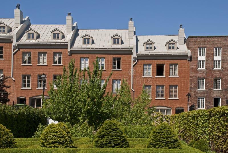 Fila de las casas asociadas del ladrillo imagen de archivo