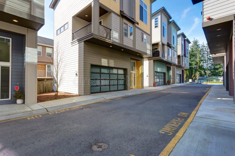 Fila de las construcciones de viviendas americanas imagen de archivo libre de regalías