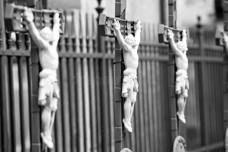 Fila de las cruces de la crucifixión, bw imagen de archivo