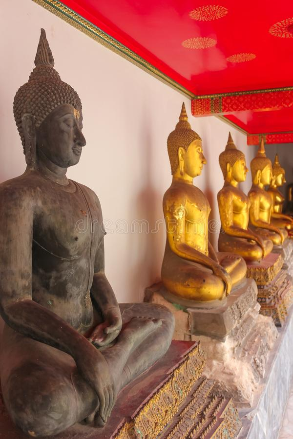 Fila de las estatuas de Buda en Wat Phra Kae, templo de Emerald Buddha fotografía de archivo