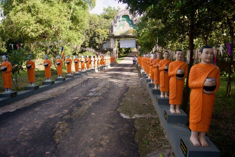Fila de las estatuas del monje de Budhist imagen de archivo libre de regalías