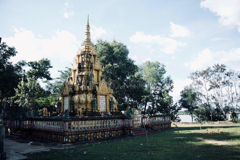 Fila de las estatuas del monje de Budhist foto de archivo