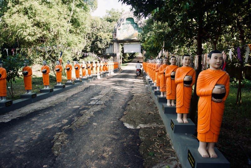 Fila de las estatuas del monje de Budhist imagen de archivo