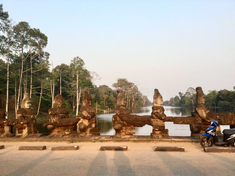 Fila de las estatuas de dios Antiguo hindú camboya foto de archivo