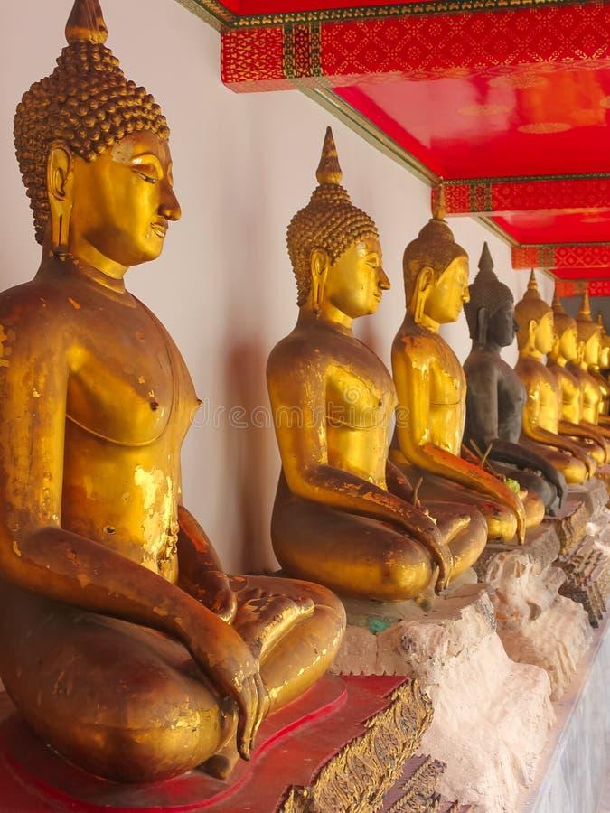 Fila de las estatuas de oro de Buda en Wat Phra Kae, templo de Emerald Buddha, palacio magnífico fotografía de archivo libre de regalías