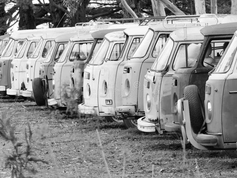 Fila de las furgonetas solitarias difuntas y del funcionamiento abajo de todo el tipo imagenes de archivo